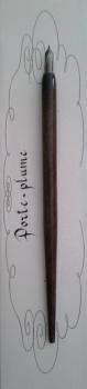 porte-plume-en-bois-brun-vernis